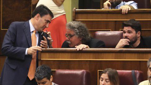 Aitor Esteban conversa con Joan Tardà y Gabriel Rufián. (Foto: EFE)