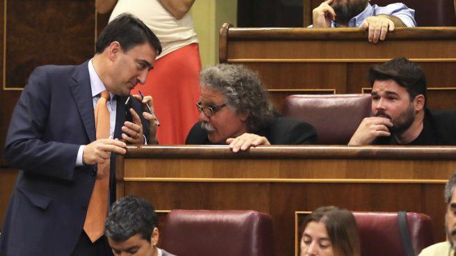 Aitor Esteban conversa con Joan Tardà y Gabriel Rufián