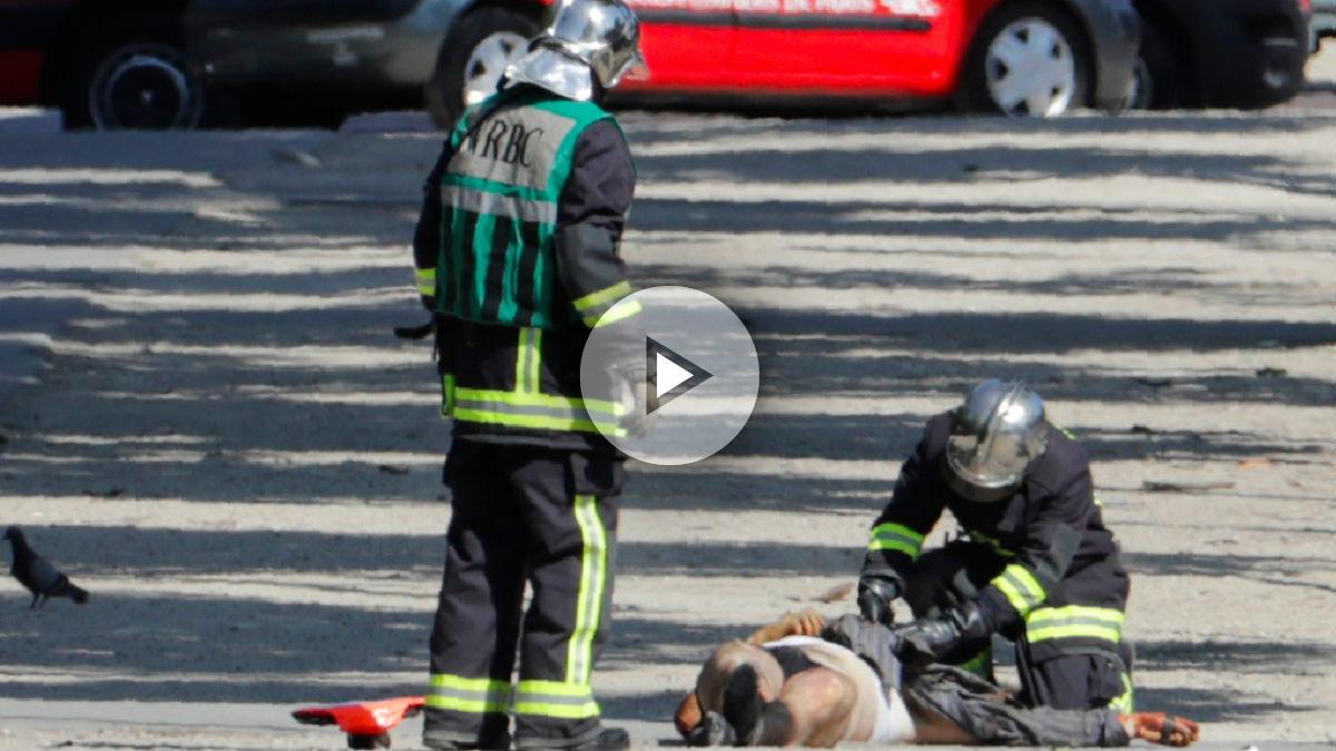 Un vehículo ha embestido un furgón policial sin causar heridos. El coche estalló y su conductor, que iba armado, murió en el acto. (AFP)