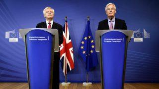 El ministro británico para el Brexit, David Davis, y el negociador de la UE, Michel Barnier, tras la primera ronda de negociación en Bruselas. (AFP)