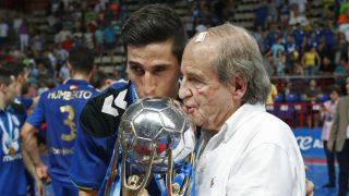 José María García posa junto al capitán Carlos Ortiz con la Liga. (EFE)