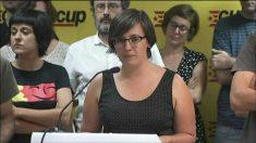 La diputada de la CUP Mireia Boya habla ante sus compañeros Anna Gabriel (izqda.) y Antonio Baños.
