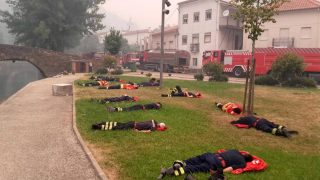 Los bomberos voluntarios de Tondela (Portugal) descansan 25 minutos ates de retomar la lucha contra el fuego en Portugal. (Pedro Bras / FB)