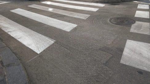 Paso de cebra que se ha pintado justo antes de asfaltar. (Foto: TW)