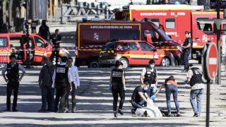 Cadáver del terrorista en los Campos Elíseos. (Foto: AFP)