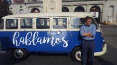 El portavoz municipal del PP y la furgoneta clásica. (Foto: TW)