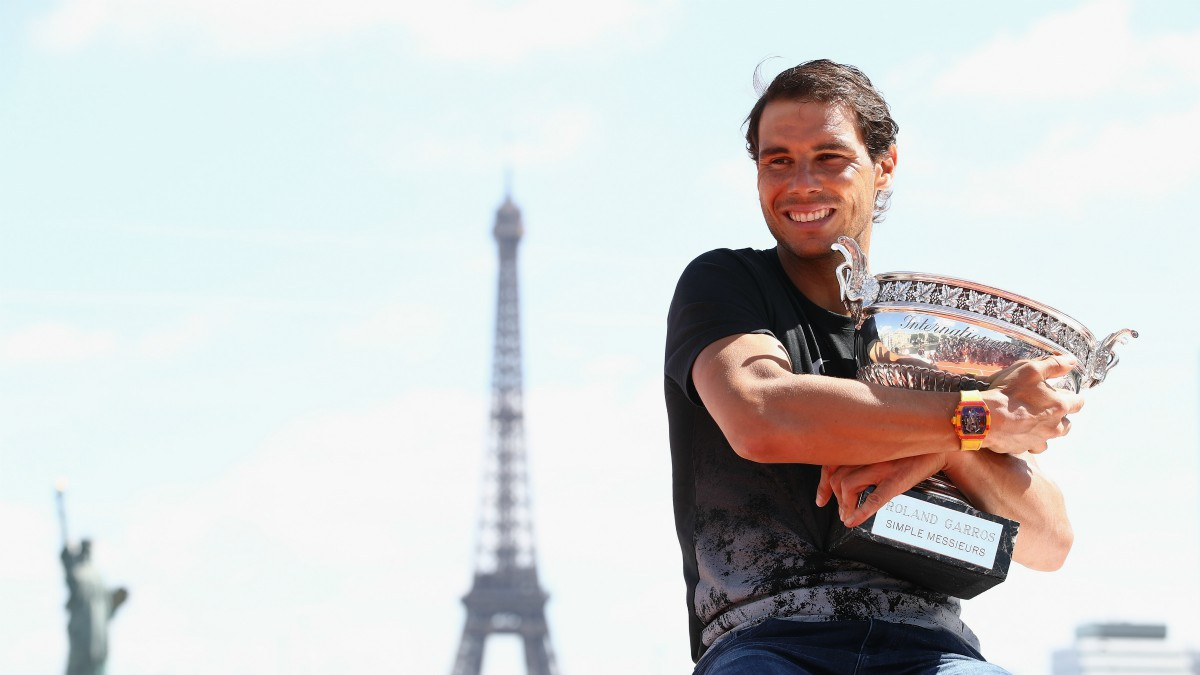 Rafa Nadal posa con el trofeo de campeón de Roland Garros. (AFP)