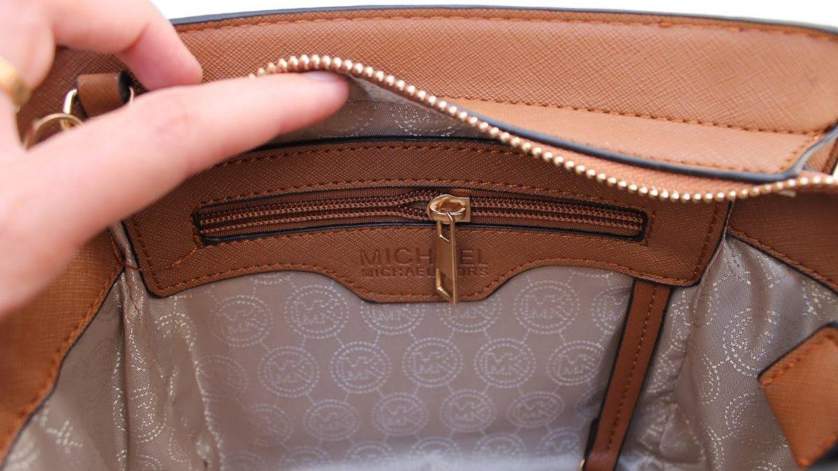 Interior de un bolso de Michael Kors en una conocida web.