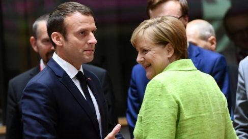 El presidente francés, Emmanuel Macron, y la canciller alemana, Angela Merkel, en Bruselas. (AFP)
