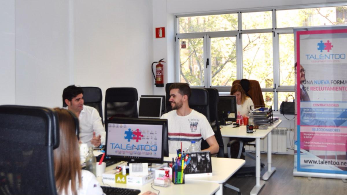 El equipo de Talentoo trabajando en sus oficinas.