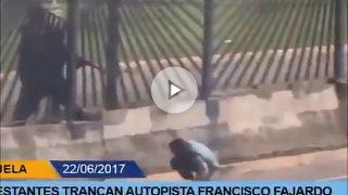 Un miembros de la GNB dispara a quemarropa a David Vallenilla en Caracas.