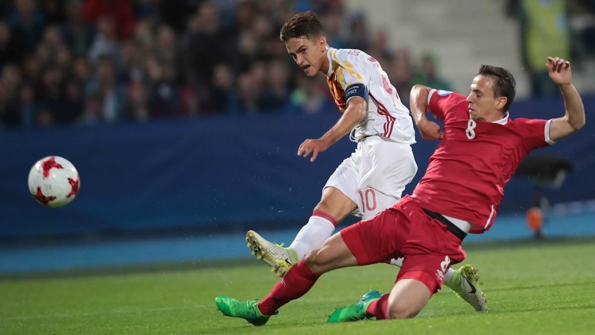 Denis Suárez remata en el 1-0 de España. (AFP)
