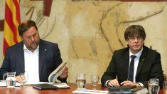 El presidente de la Generalitat, Carles Puigdemont, y su vicepresidente, Oriol Junqueras (i) (Foto: Efe)
