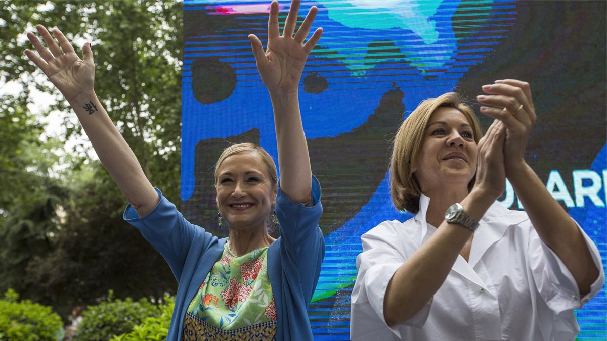 Cospedal y Cifuentes saludan a los asistentes a la celebración de dos años de Gobierno de la presidenta madrileña. EFE