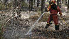 Efectivos del Infoca y la UME trabajan en la extinción por tierra. (EFE)