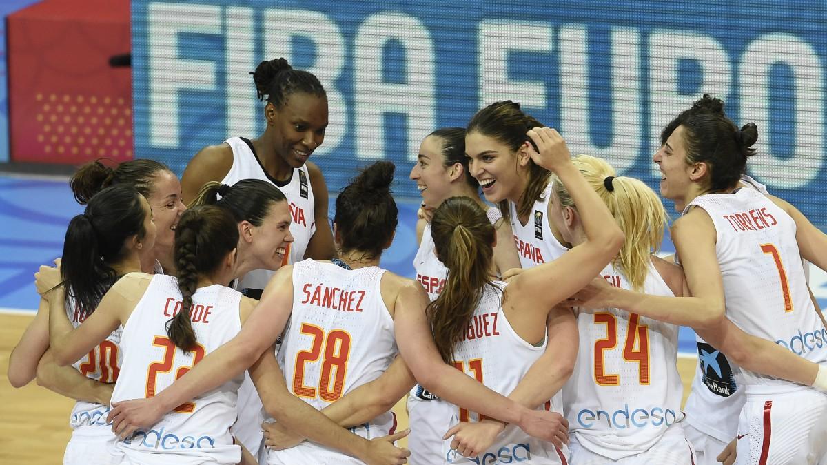 Las jugadoras de la selección española celebran el triunfo. (AFP)