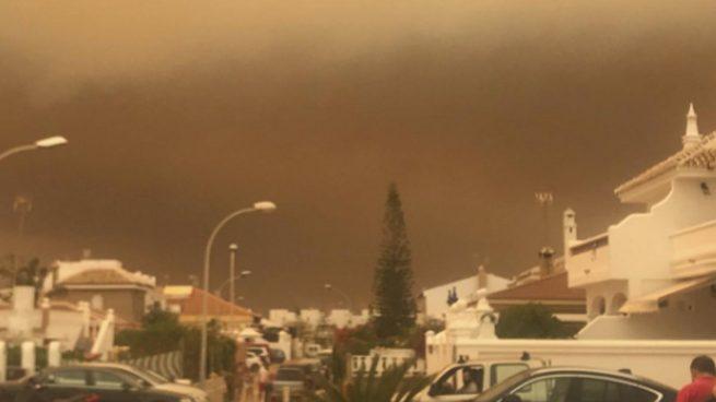 El incendio de Moguer llega a Doñana y mantiene aislada a la población de Matalascañas
