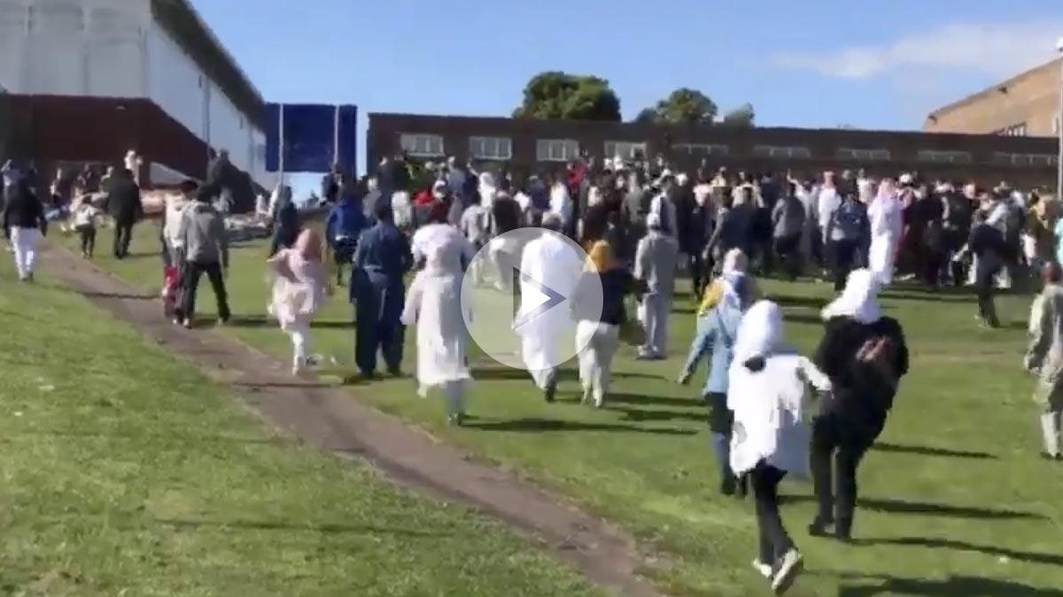 La multitud se dirige hacia la zona donde se ha producido el atropello.