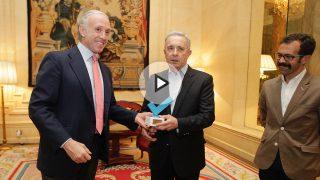 Eduardo Inda entrega a Álvaro Uribe el Premio OKDIARIO a los Valores Democráticos, junto a Alberto D. Prieto. (Foto y Vídeo: E. Falcón y F. Toledo)