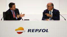 El consejero delegado de Repsol, Josu Jon Imaz, aplaude al presidente de la petrolera, Antonio Brufau