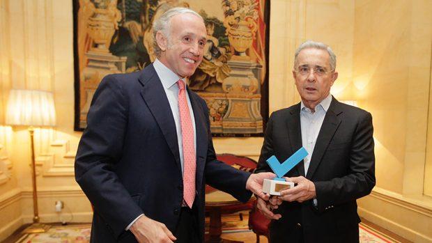 Eduardo Inda entregando un premio a Álvaro Uribe, expresidente de Colombia. (Foto: Francisco Toledo)
