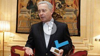 El presidente Álvaro Uribe agradece el Premio OKDIARIO a los Valores Democráticos. (Foto y Vídeo: E. Falcón y F. Toledo)