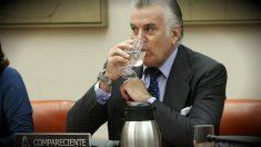 Luis Bárcenas, sentado como compareciente en la comisión del Congreso. (EFE)