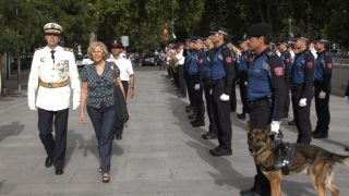 La alcaldesa Manuela Carmena junto a la Policía Municipal. (Foto: Madrid)