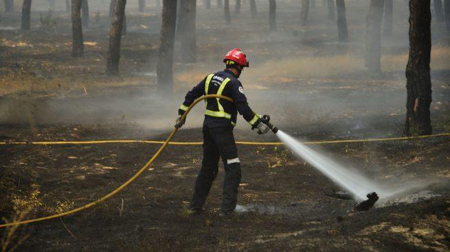 Esperan dar por «estabilizado» el incendio de Moguer el martes tras un vuelo de reconocimiento