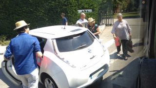 La alcaldesa Manuela Carmena subiendo en coche oficial como en cada acto. (Foto: OKDIARIO)