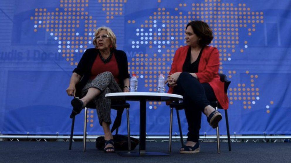 La alcaldesa Manuela Carmena junto a su homóloga en Barcelona. (Foto: TW)