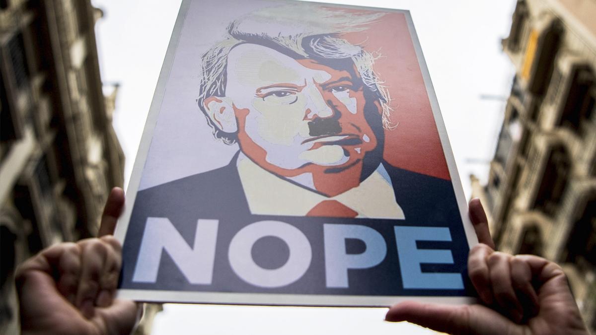 Donald Trump caracterizado como Hitler en un cartel de protesta. (Foto: Getty)