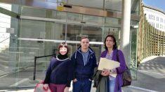 Representantes de Down Lérida ante los juzgados. Foto cedida: Down Lérida