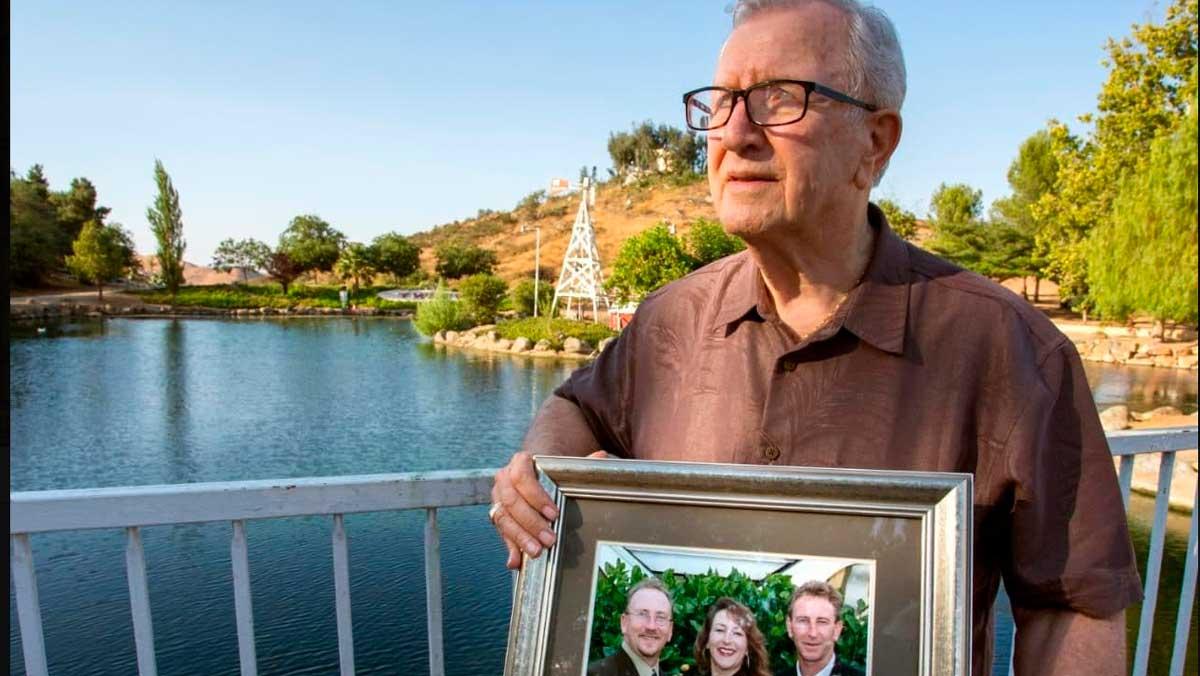 Frank J. Kerrigan muestra una foto familiar