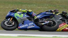 El toque entre Valentino Rossi y Johann Zarco producido durante el GP de Holanda de MotoGP ha destapado la caja de los truenos entre los dos pilotos. (Getty)