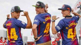 Aleix Espargaró (centro) posa con la camiseta del Barcelona. (fcbarcelona.cat)