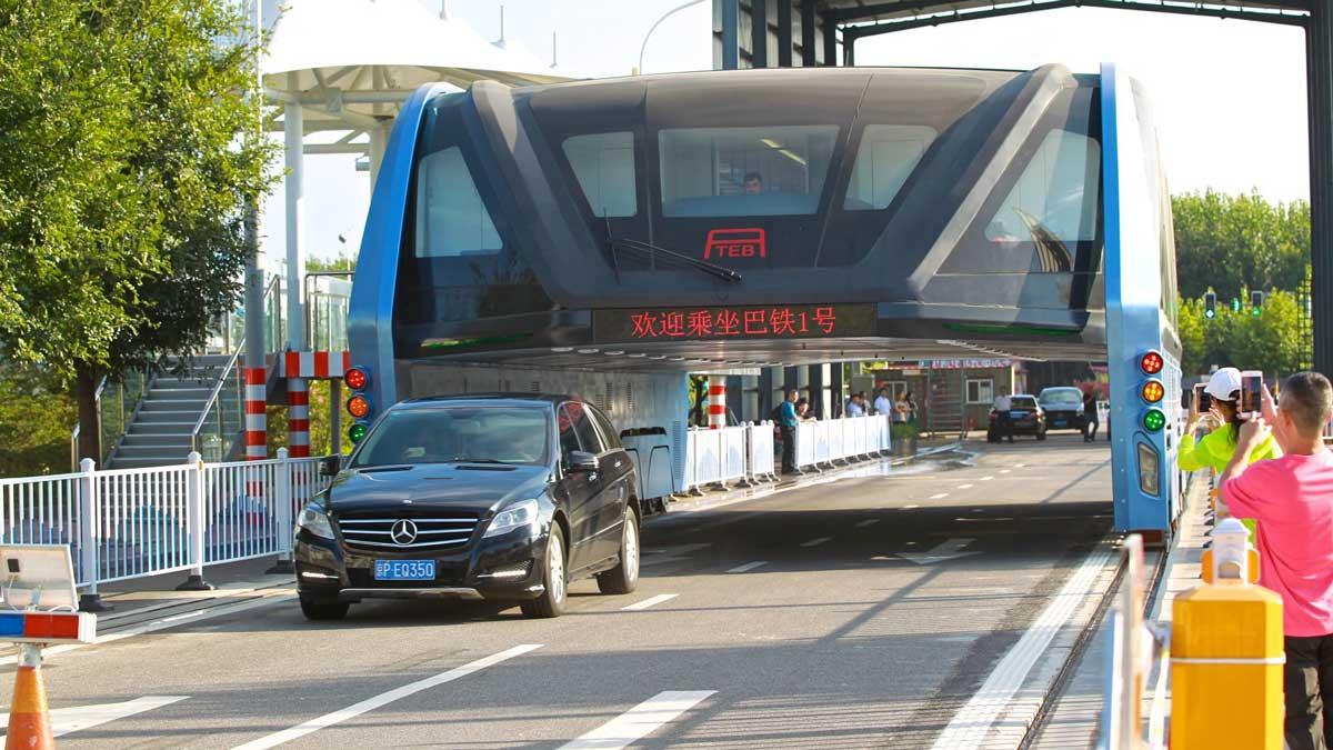 El autobús elevado de China en su viaje inaugural