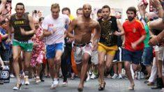 Cinco hombres participan en la mítica carrera de tacones que se celebra anualmente en Chueca por el Orgullo Gay de Madrid.