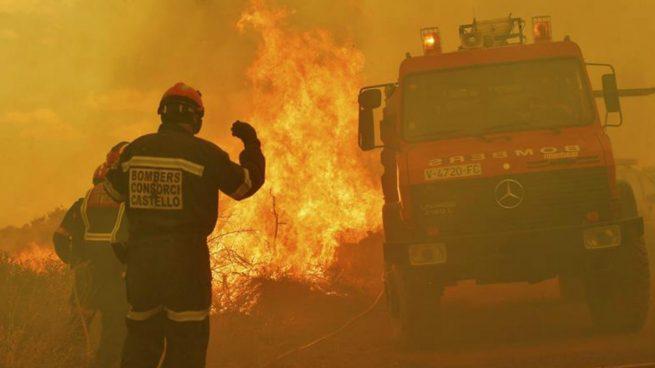 Fotografía facilitada por la Diputación de Castellón que muestra a efectivos de Bomberos en labores de extinción de un incendio declarado anoche en la Sierra Calderona, entre los límites provinciales de Valencia y Castellón. Foto: EFE