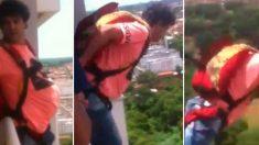 Saltó en paracaídas desde su casa,