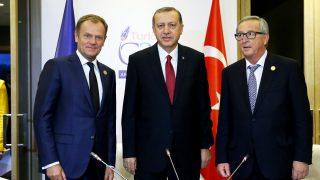Erdogan y Juncker junto a Donald Tusk, presidente del Consejo Europeo (Foto: Getty)