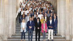 Carles Puigdemont con los alcaldes pro referéndum. (Foto: EFE)