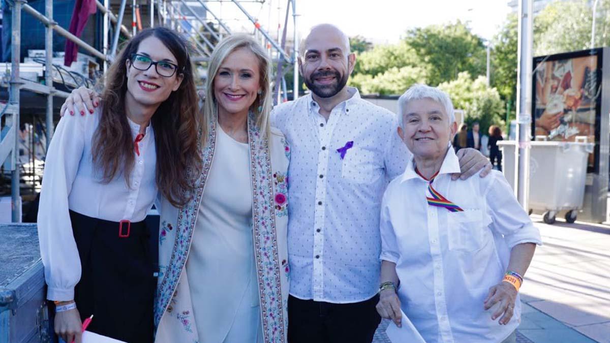 Cristina Cifuentes con las organizadores de la marcha.