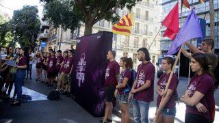 Medio centenar de antisistemas de la CUP, ante la comisaría de los Mossos en Les Corts (Barcelona). (EFE)