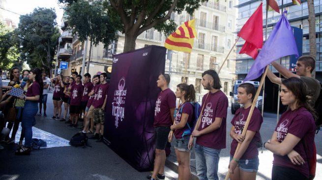 """Medio centenar de antisistemas de la CUP acosan a los Mossos en Barcelona: """"¿Qué harán el 1 de octubre?"""""""