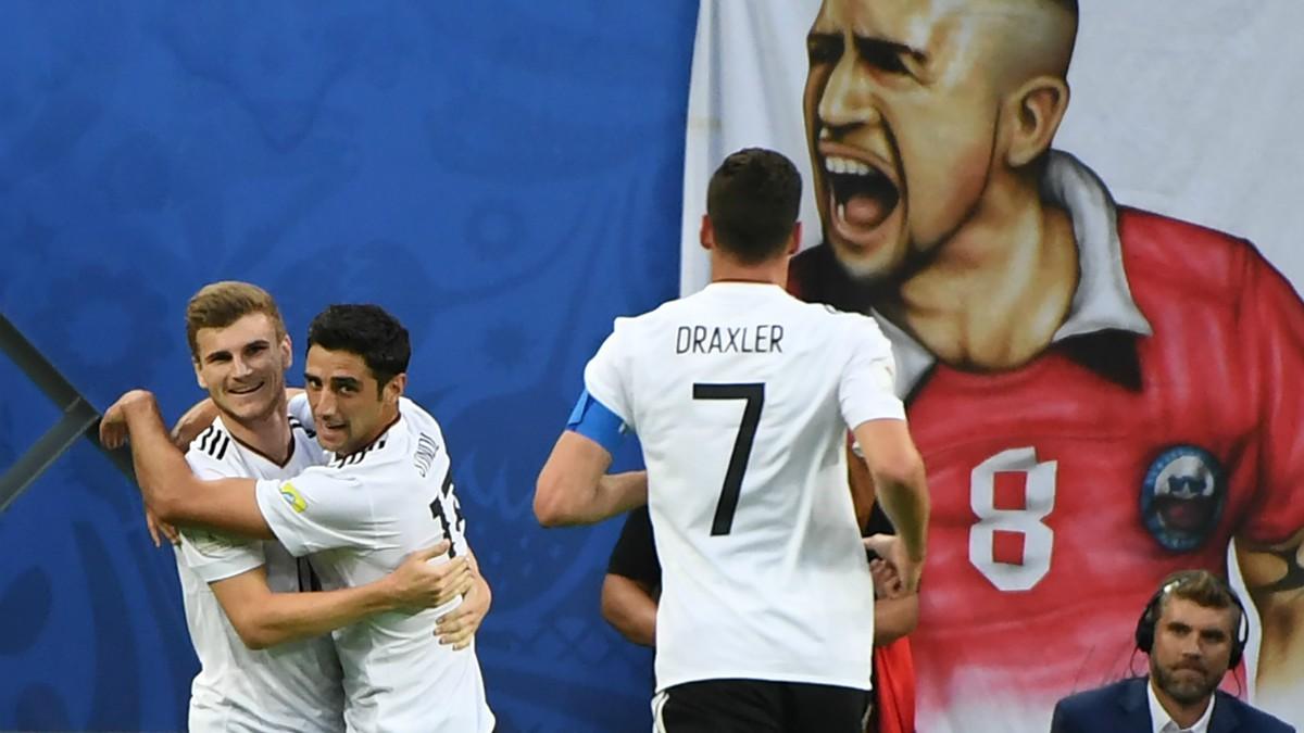 Draxler llega a celebrar el gol con Werner y Stindl. (AFP)
