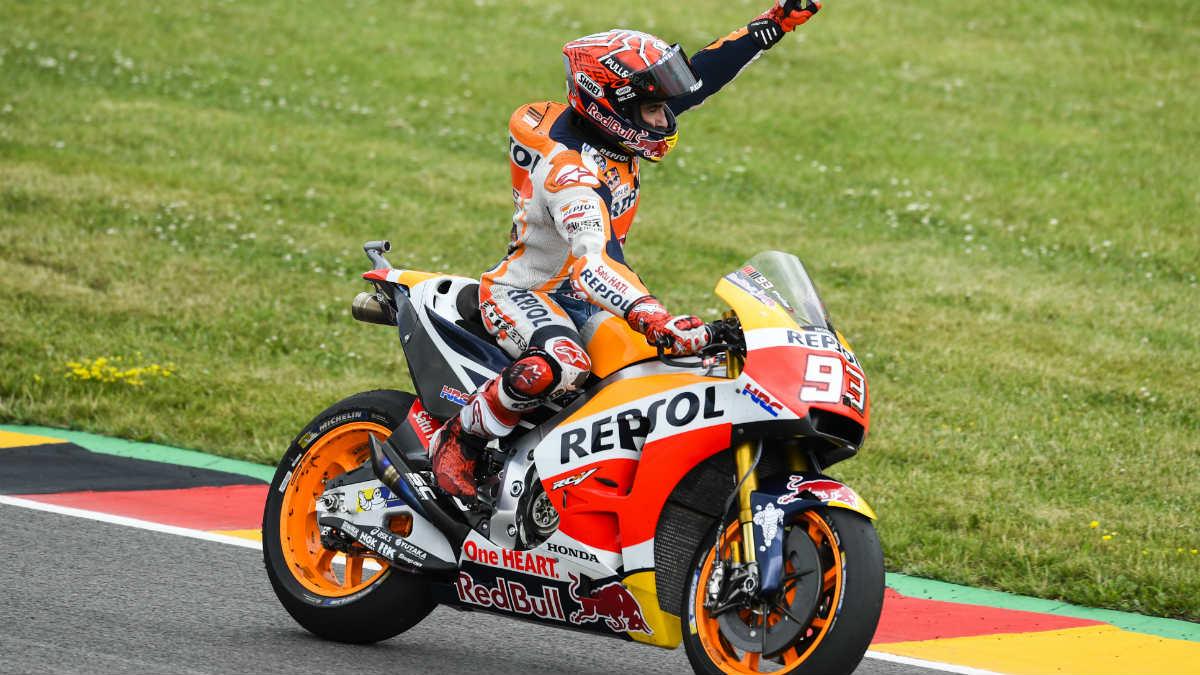 Marc Márquez celebra el triunfo en el MotoGP Gran Premio de Alemania del año pasado. (AFP)