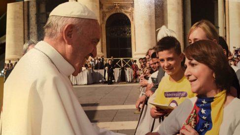 El Papa saluda en San Pedro a Mitzy Capriles, esposa del alcalde preso político Antonio Ledezma.