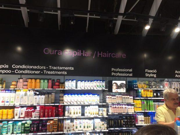 Carrefour también se hace independentista: rotula en catalán e inglés y discrimina el castellano