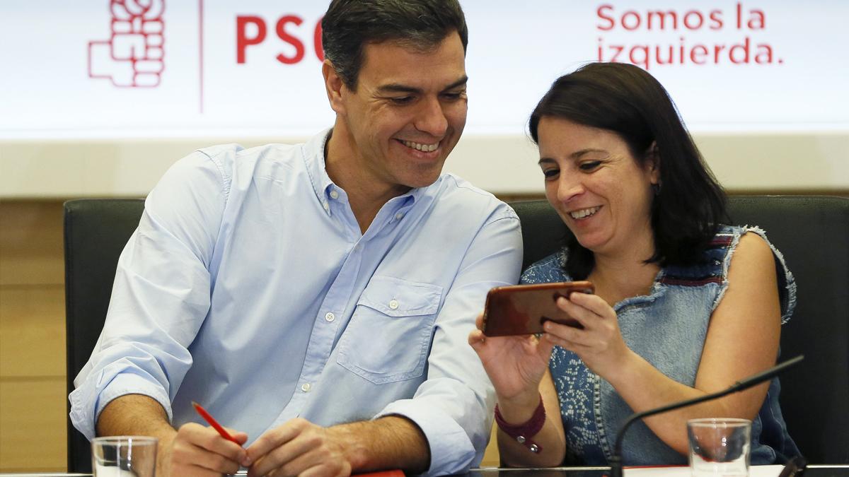 Pedro Sánchez y Adriana Lastra. (Foto: EFE)